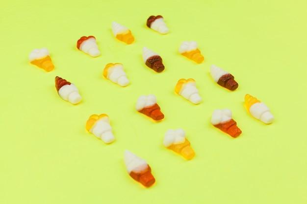 Süßigkeiten in form von eiscreme auf hellem hintergrund