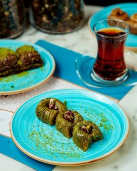 Süßigkeiten mit pistazien und schwarzem tee