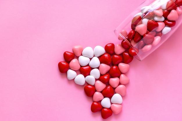 Süßigkeiten oder pillen in form von herzen. konzept valentinstag.