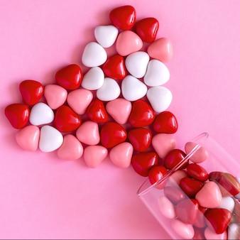 Süßigkeiten oder pillen in form von herzen. valentinstag oder medizin, apothekenkonzept.