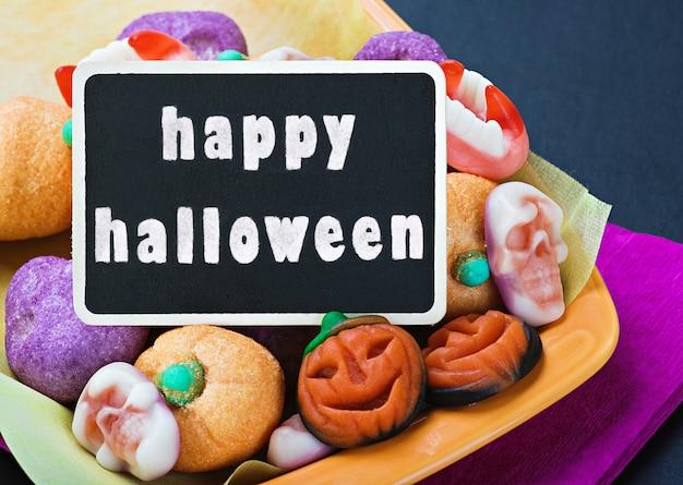 Süßigkeiten und bonbons für halloween und tafel