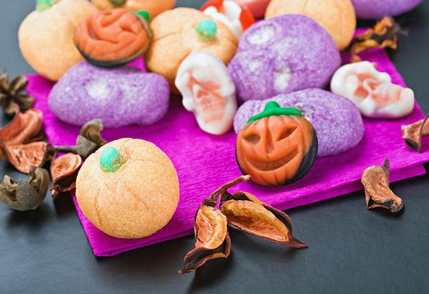 Süßigkeiten und bonbons, um halloween zu feiern