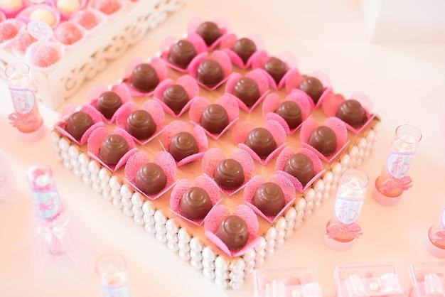Süßigkeiten und dekoration auf dem tisch - ballerina-thema - kindergeburtstag