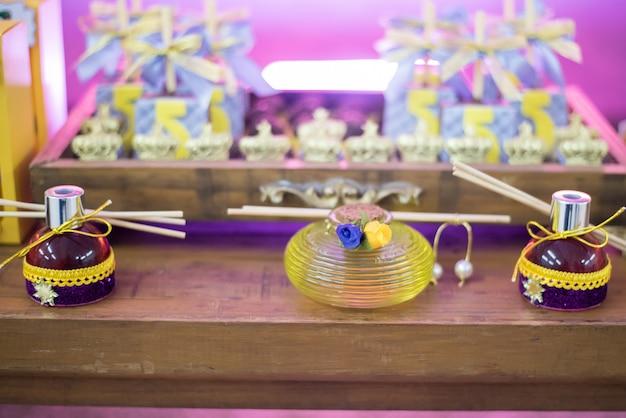 Süßigkeiten und dekoration auf dem tisch - geburtstagsthema der kinder
