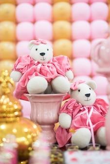 Süßigkeiten und dekoration auf dem tisch - kinderparty tragen prinzessinthema