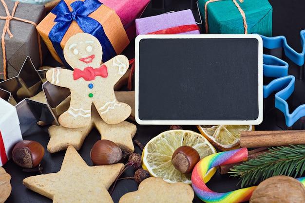 Süßigkeiten und kekse für weihnachten und eine tafel