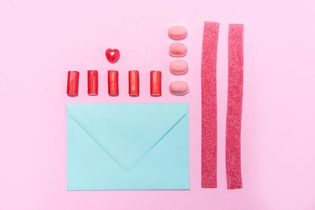 Süßigkeiten und lollies in einer reihe mit leerem papierumschlag