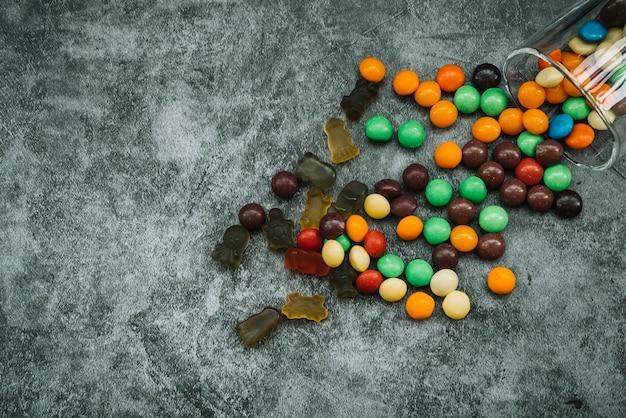 Süßigkeiten und marmelade verstreut auf dem tisch