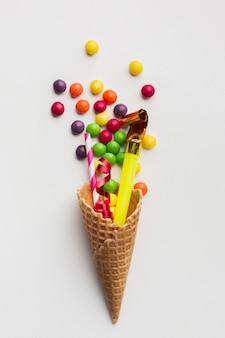Süßigkeiten und partyartikel in einer eistüte