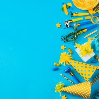 Süßigkeiten und partyzubehör auf blauer oberfläche