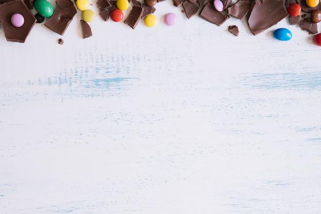 Süßigkeiten und schokoladenstücke