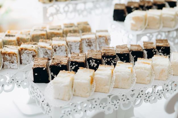 Süßigkeiten werden auf geschichteten ständen serviert