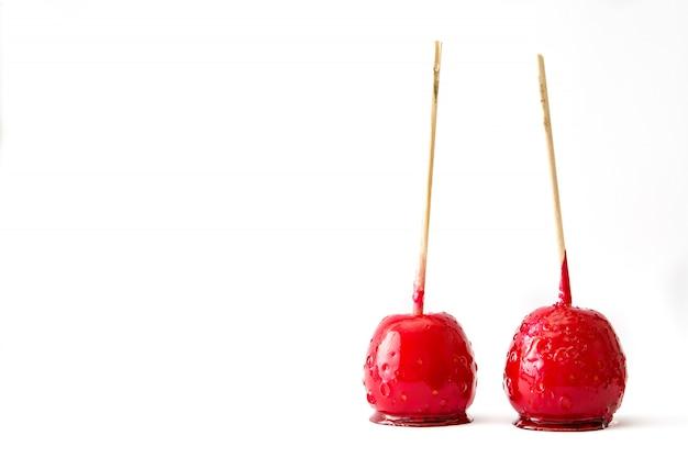 Süßigkeits-weihnachtsäpfel lokalisiert auf weißem kopienraum