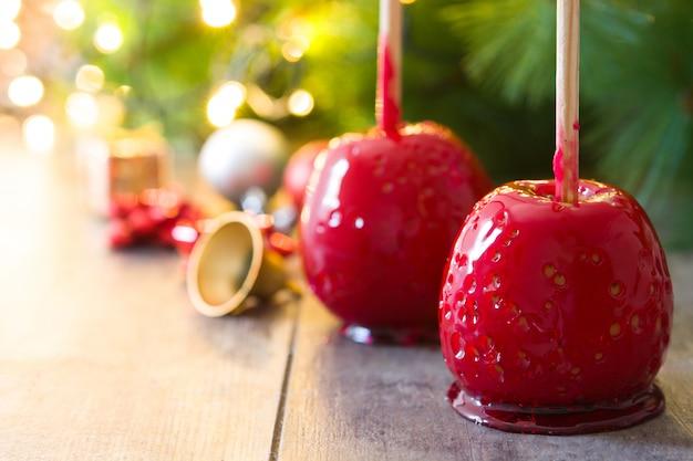 Süßigkeits-weihnachtsäpfel und weihnachtslichter copyspace