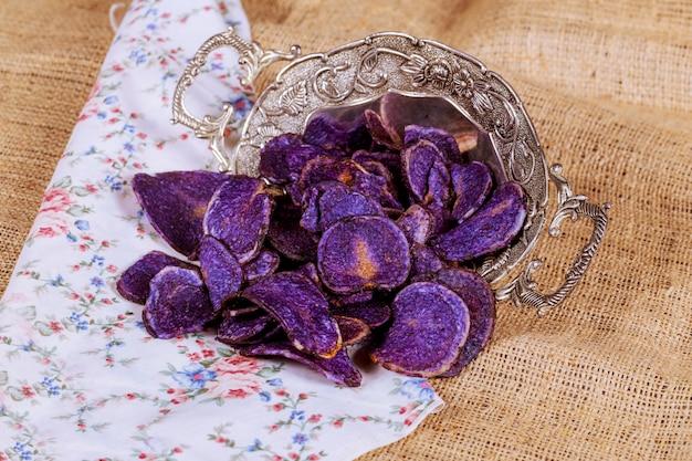 Süßkartoffel, gestreifte rote rübe der süßigkeit und blaue kartoffelchips.
