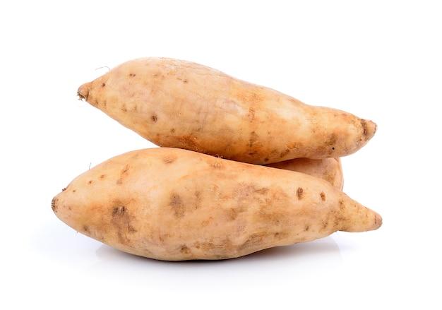 Süßkartoffel getrennt auf weiß