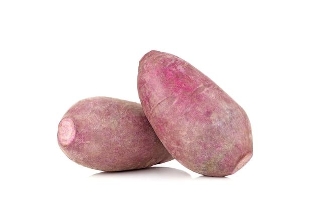 Süßkartoffel lokalisiert auf weiß