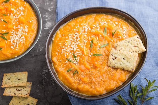 Süßkartoffel- oder batata-cremesuppe mit sesam