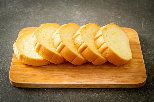 Süßkartoffelbrot auf holzbrett geschnitten