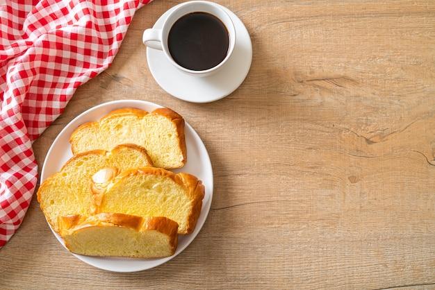 Süßkartoffelbrot mit kaffee zum frühstück