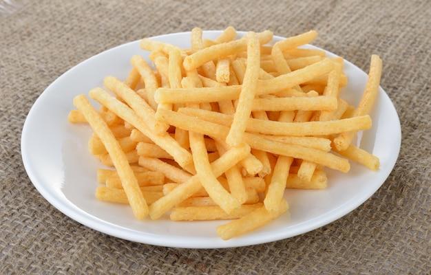 Süßkartoffelchips auf weißer platte