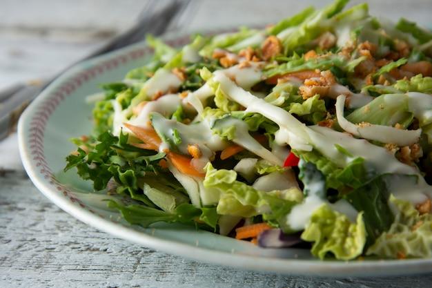 Süßkohlsalat - gesunder vegetarischer salat mit kohl, eiern, gemüse, karotten und mayonnaise.