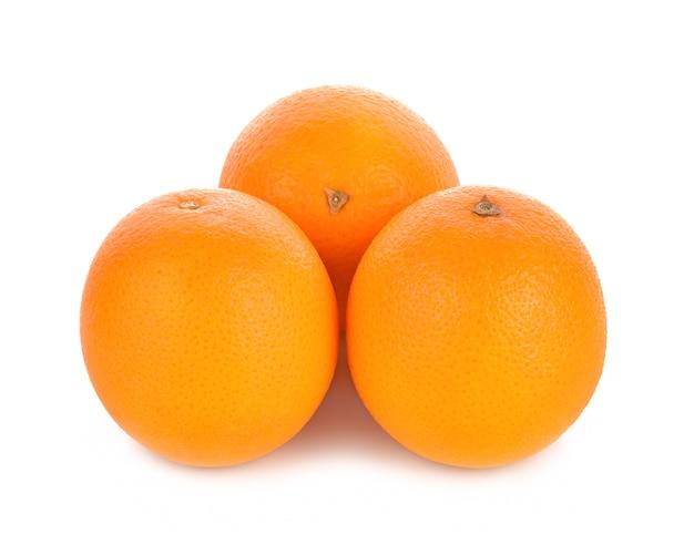 Süßorangefrucht auf weißem hintergrund