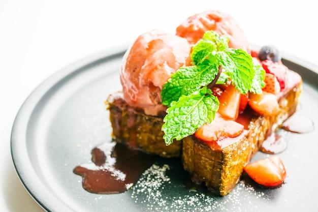 Süßspeise mit honigtoast mit erdbeere und marmelade