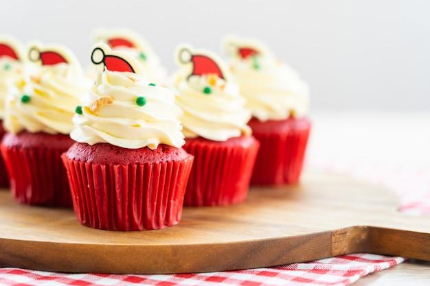 Süßspeise mit rotem samt des kleinen kuchens