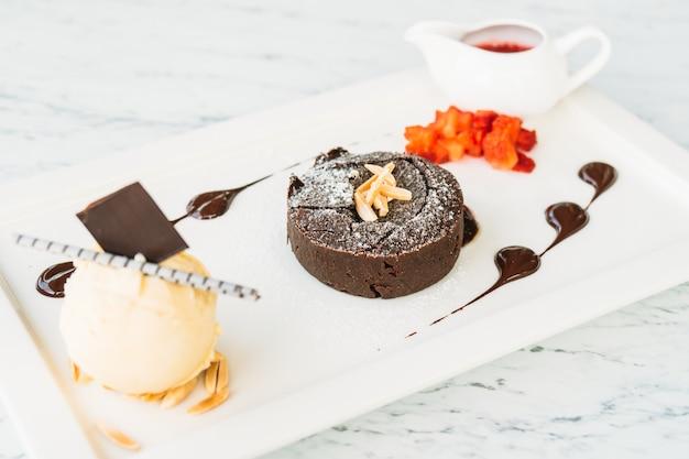 Süßspeise mit schokoladen-lavakuchen und eiscreme