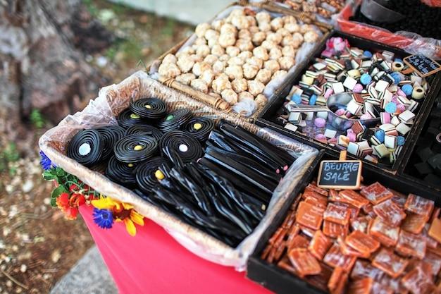 Süßwarenstand am straßenmarkt