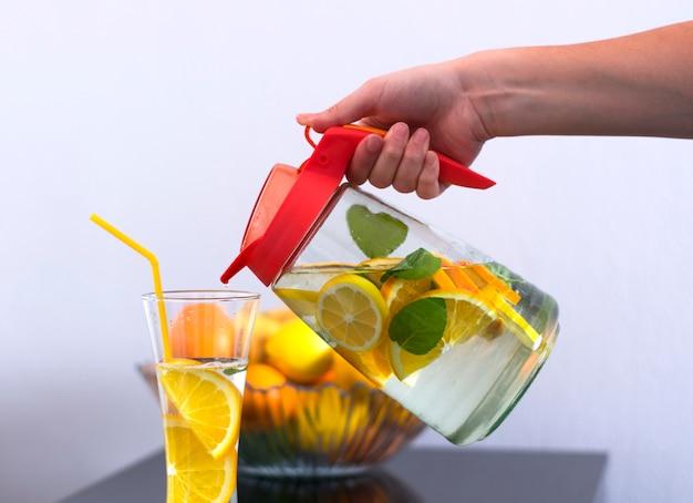 Süßwasser mit früchten
