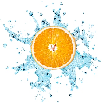 Süßwasserspritzer auf orange