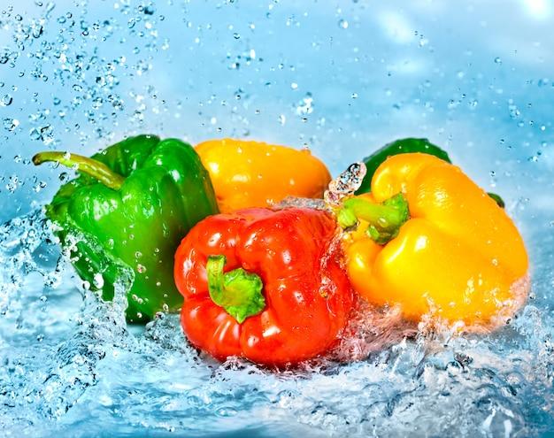Süßwasserspritzer auf paprika