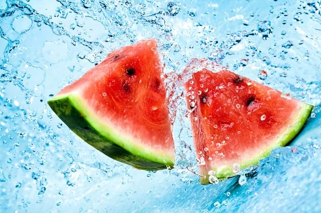 Süßwasserspritzer auf rote wassermelone
