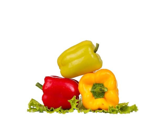 Süßwasserspritzer auf rotem paprika auf weiß