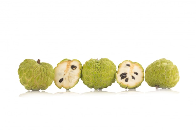 Sugar apple (vanillepuddingapfel, annona, sweetsop) auf weißem hintergrund