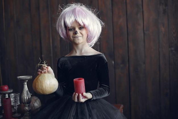 Sugar skull kleines mädchen halloween kostüm und make-up. halloween party. tag der toten.