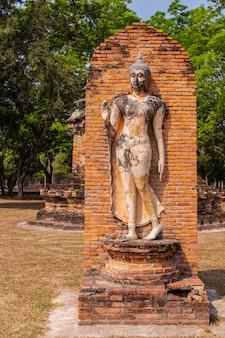 Sukhothai historischer park und umgebung in der mittagszeit und in der dämmerung