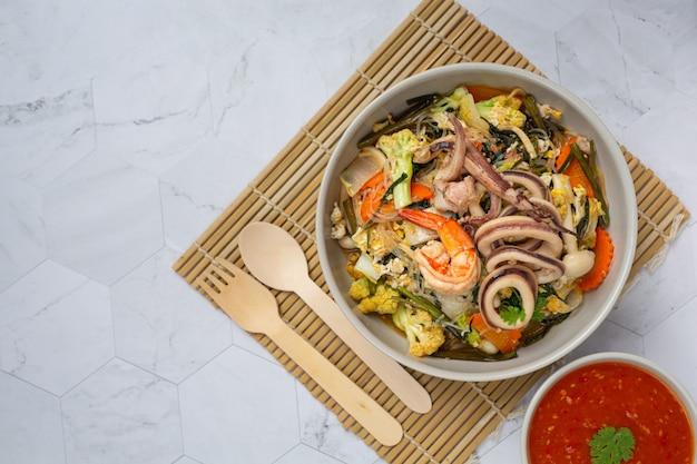 Sukiyaki meeresfrüchte serviert mit suki würziger sauce