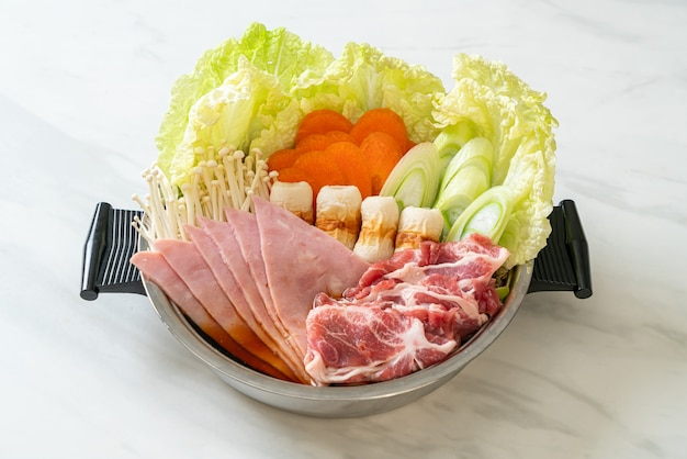 Sukiyaki oder shabu hot pot schwarze suppe mit rohem fleisch und gemüse - japanische küche food