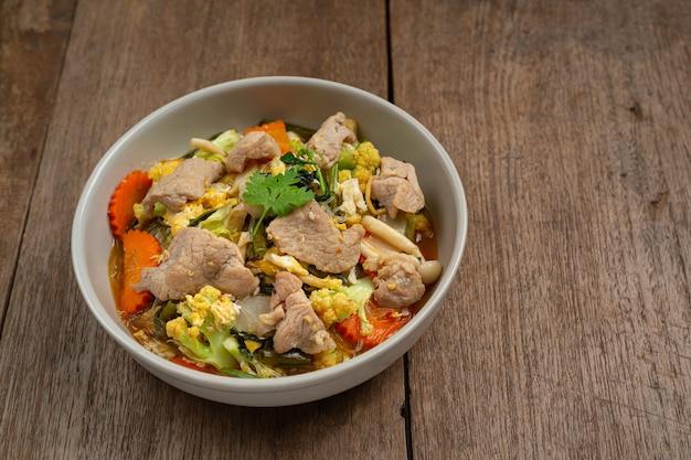Sukiyaki schweinefleisch auf holztisch