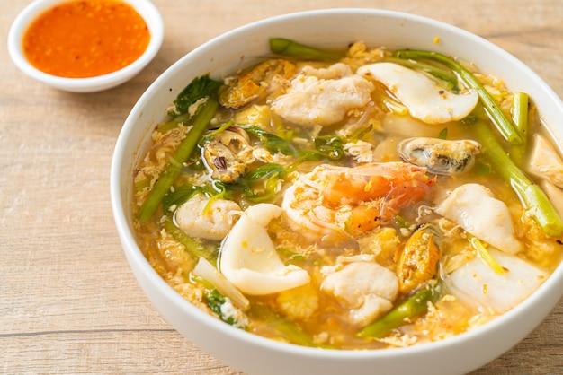 Sukiyaki-suppe mit meeresfrüchte-schüssel - asiatische küche