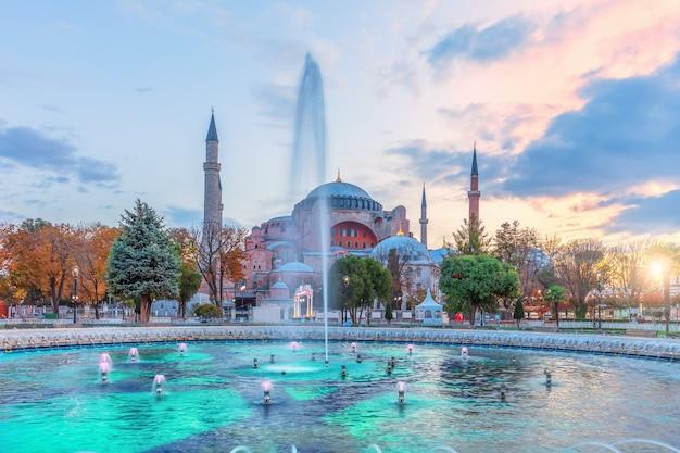 Sultan ahmet square brunnen und hagia sophia, istanbul, türkei.