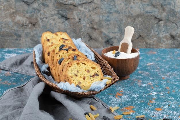 Sultana-tortenscheiben in einem holztablett auf einem blauen handtuch