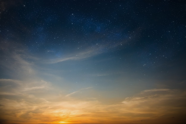 Sun-beleuchteter himmel füllte mit sternhintergrund