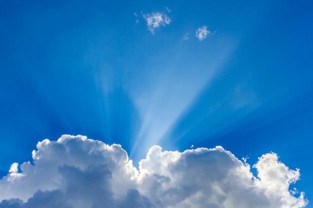 Sun, der durch den wolkenhintergrund späht