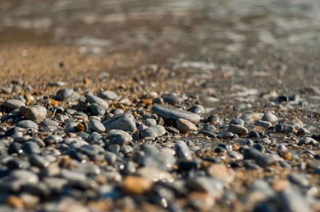 Sun-steine eines strandes, steine verlassen