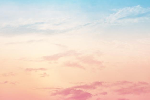 Sun- und wolkenhintergrund mit einer pastellfarbe