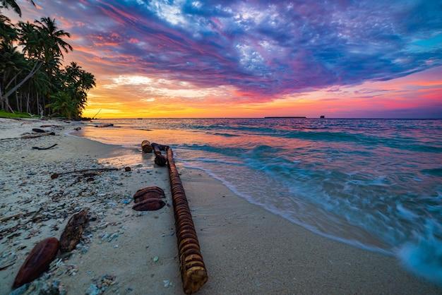 Sunriset dramatischer himmel auf see, tropischer wüstenstrand, keine menschen, stürmische wolken, reiseziel, indonesien banyak islands sumatra